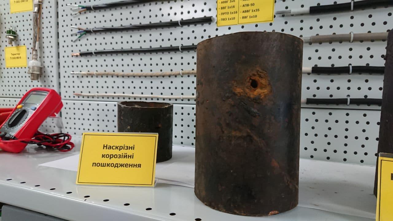 Газовая труба с отверстием из-за коррозии