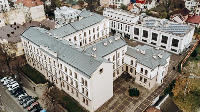 В Ивано-Франковске установили СЭС на корпусе Католического лицея
