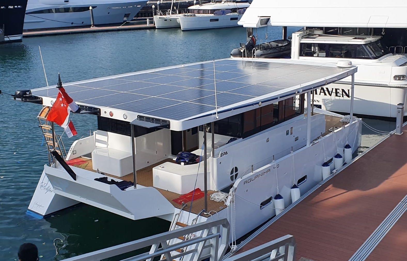 Сінгапурська компанія випробувала катамаран на сонячних панелях