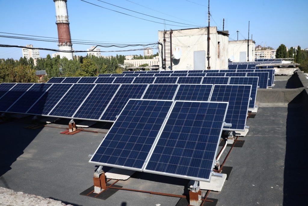 В Одессе установили первую бюджетную СЭС на многоэтажке
