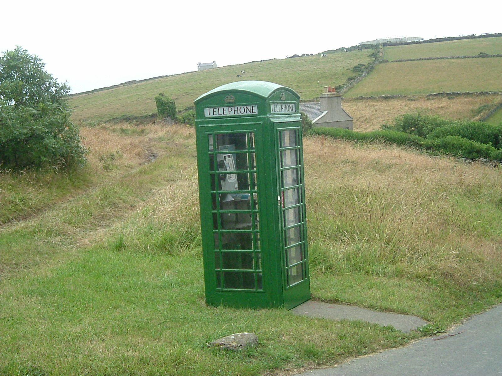 В Ірландії старі телефонні будки переобладнають у зарядні станції для електротранспорту