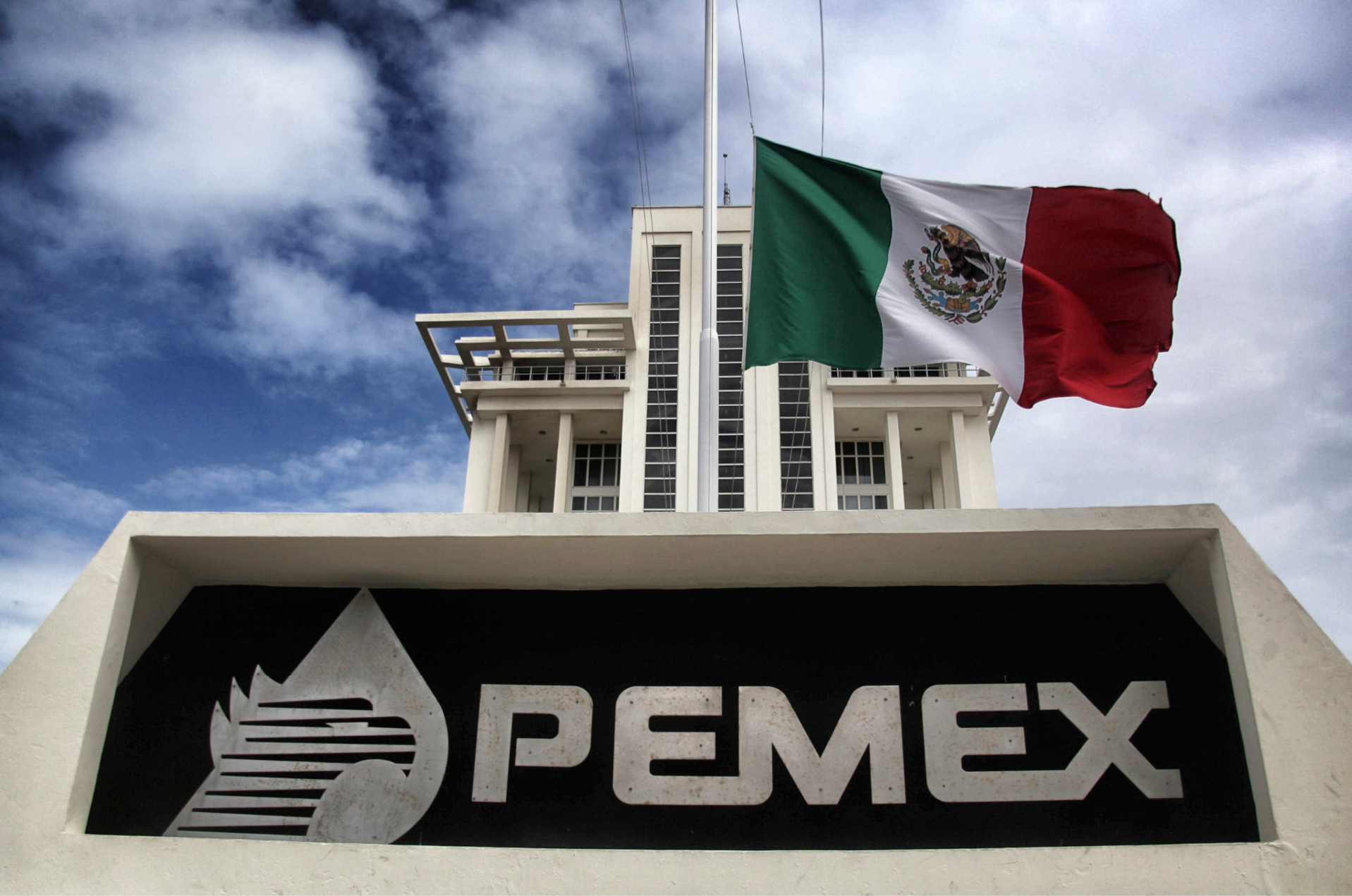 Pemex has stopped the work of a refinery in Mexico due to an emergency