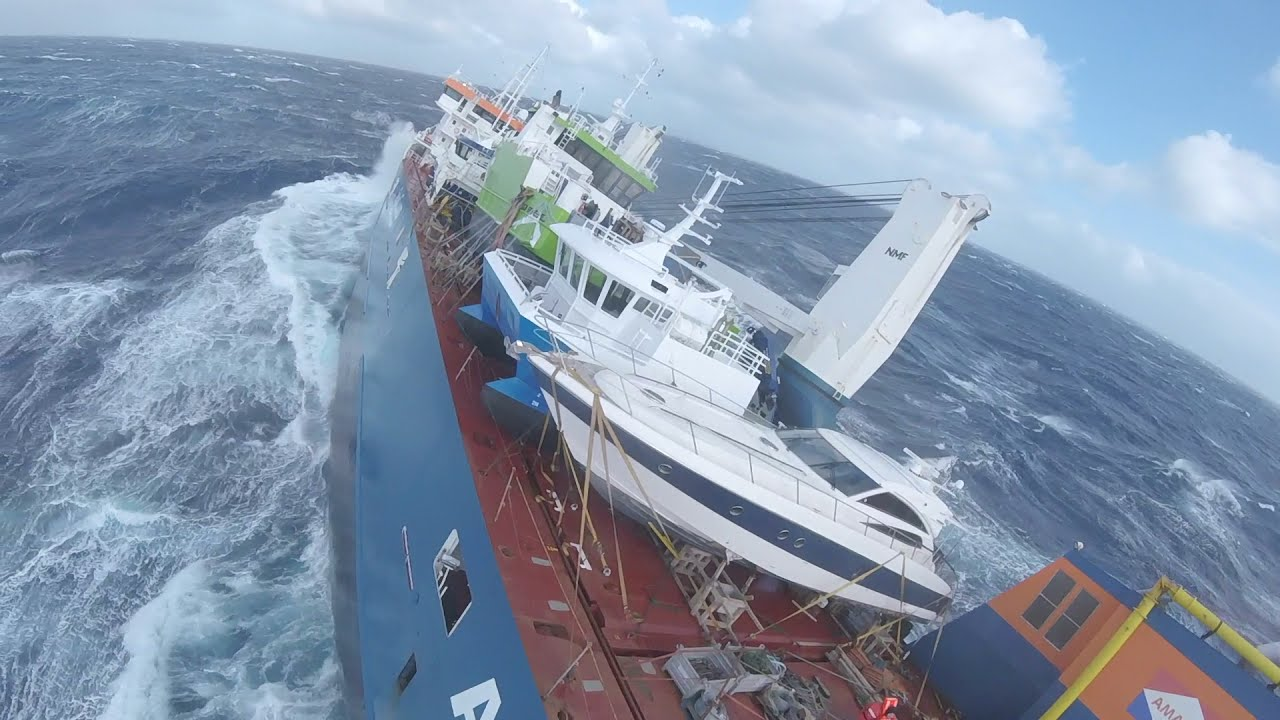 В Норвегии начнут буксировку потерявшего ход судна