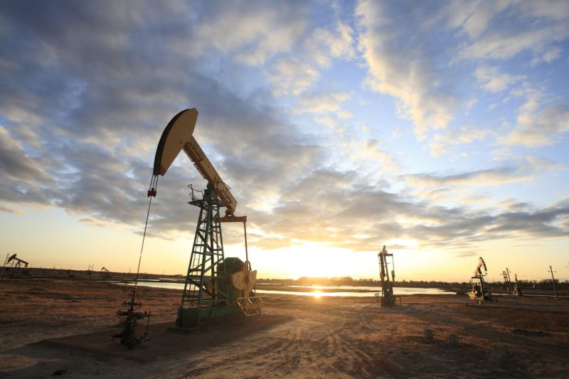 Benchmark oil prices rise